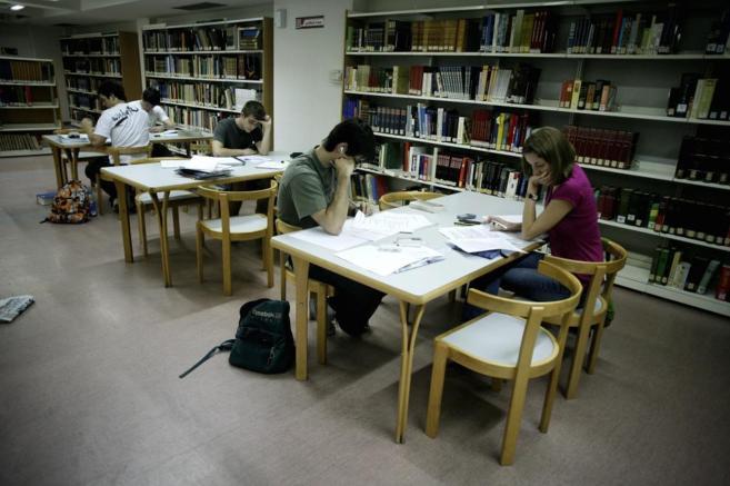 Estudiantes en una biblioteca de la Comunidad. ANTONIO HEREDIA