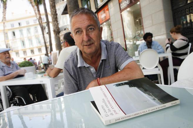 El escritor José Antonio Garriga Vela, con un ejemplar de su novela...