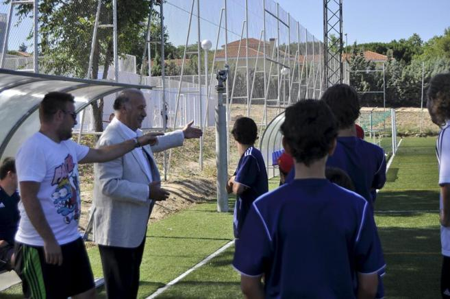 Vicente del Bosque Jr., con su padre, en el Campus de la familia.