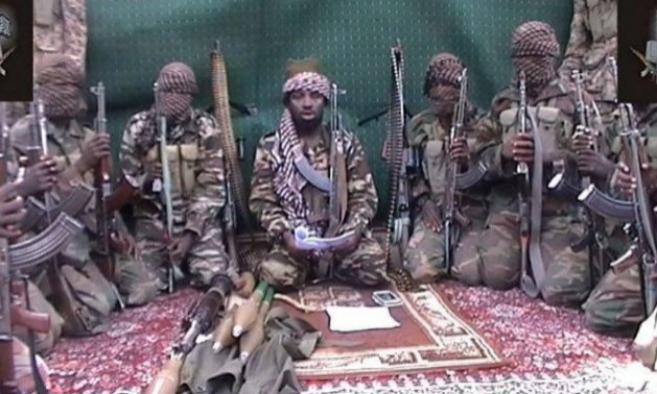 Abubakar Shekau, en el centro, líder de la secta Boko Haram. «Alá...