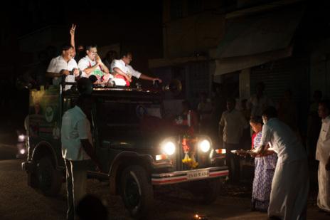 Calurosa bienvenida a Madurai a Gopalakrishnan, candidato del AIADMK.