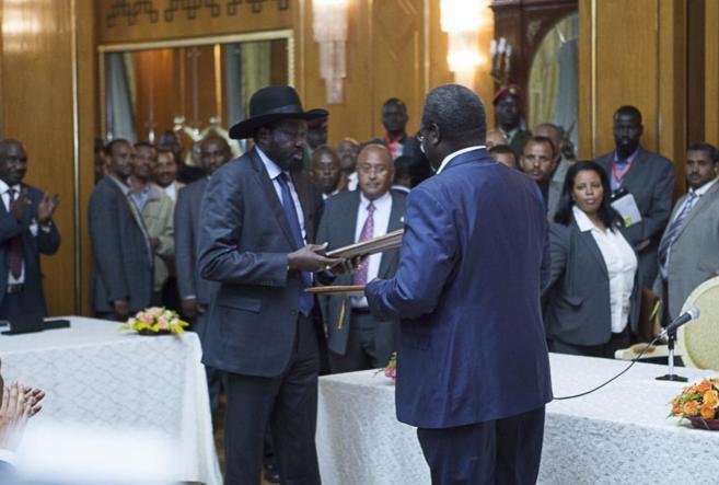 Salva Kiir, presidente de Sudán del Sur y Riek Machar, líder...