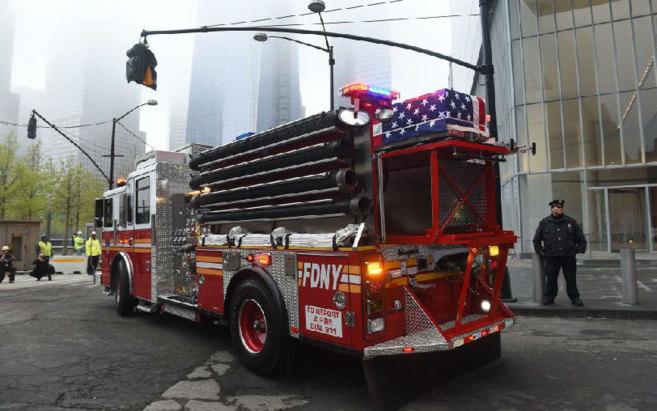 Un coche de bomberos transporta los restos de víctimas sin...