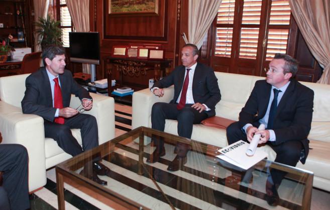 El alcalde de Castellón, Alfonso Bataller, con el director general de...