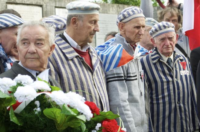 Un puñado de antiguos prisioneros acuden al lugar con sus viejos...