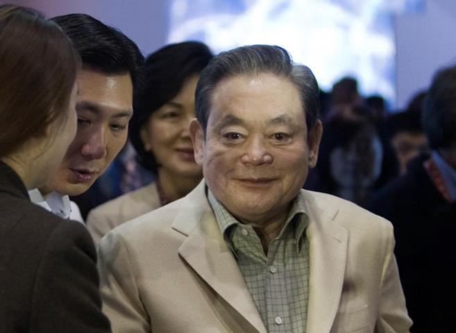 El presidente de Samsung, Lee Kun-hee (dcha.), visita en 2012 el stand...