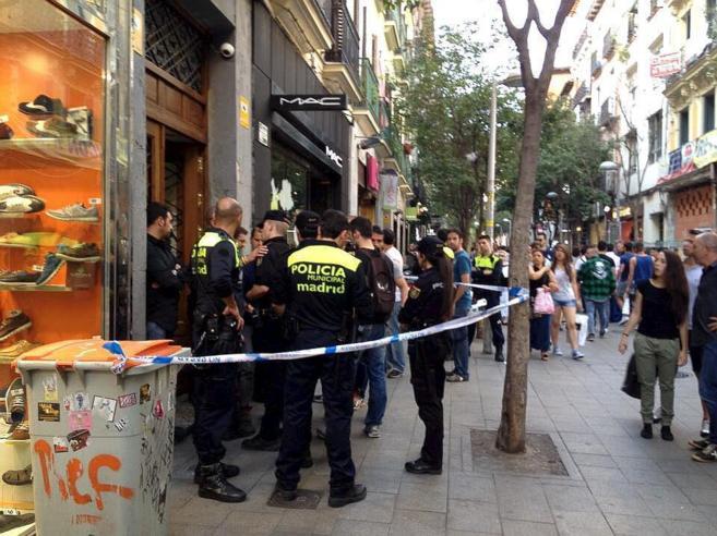 La Policía Nacional, en el portal  de la calle Fuencarral donde la...