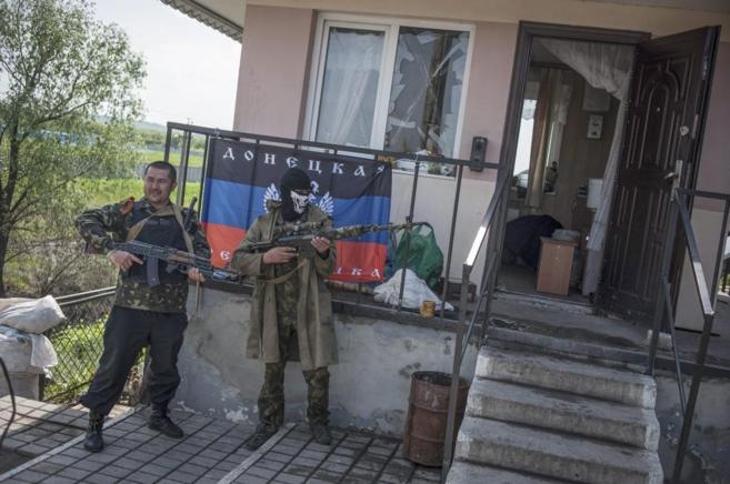 Militantes prorrusos posan con sus armas en una casa de Donetsk.