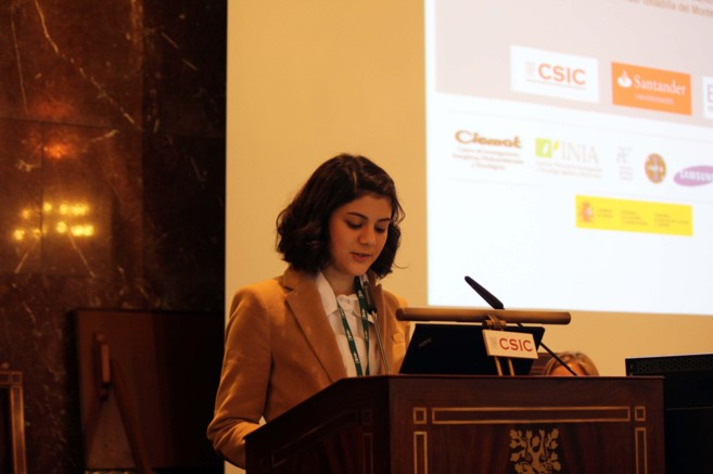 Una estudiante presenta su proyecto ante el público