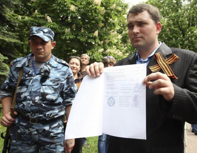 El presidente de la comisión electoral de Lugansk muestra un...