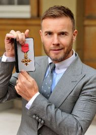 Barlow, con su Orden del Imperio Británico.