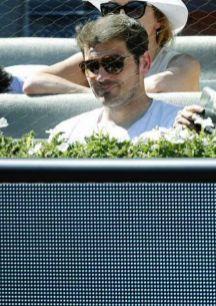 El portero Iker Casillas y su novia Sara Carbonero ven el partido de...
