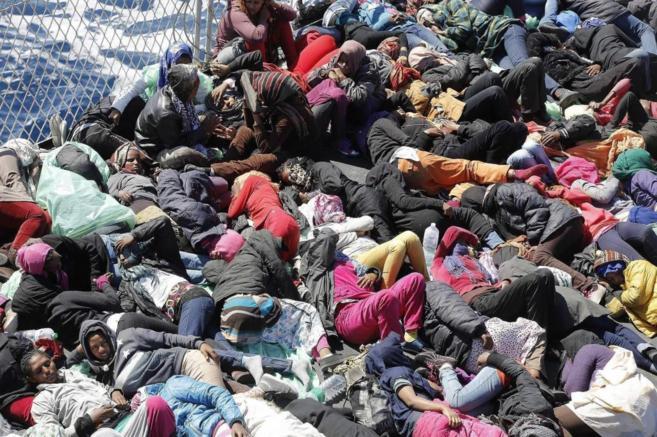 Un grupo de inmigrantes rescatados en el marco de la operación...