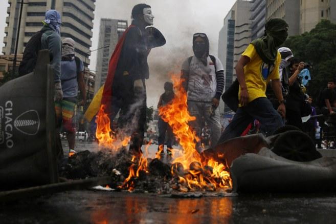 Un grupo de manifestantes bloquea una avenida tras una protesta...