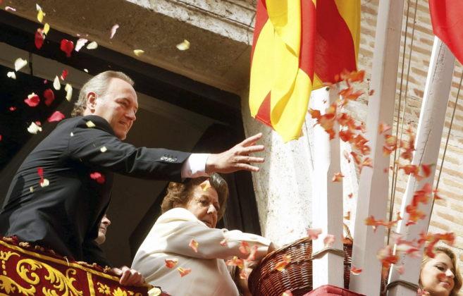 Rita Barberá, junto a Alberto Fabra, lanza pétalos a la Virgen de...