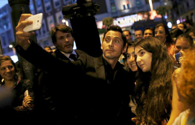 Paco León se fotografía con sus fans en la presentación de la...