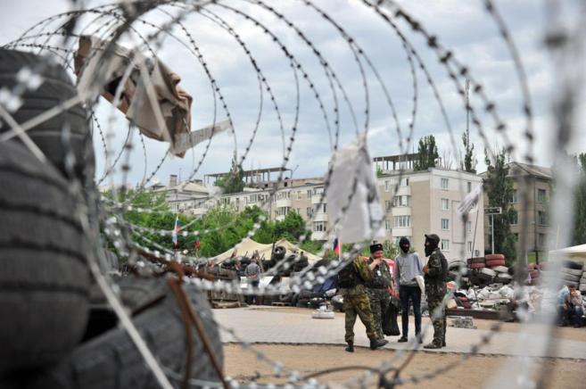 Militantes prorrusos delante de una barricada en la región de...