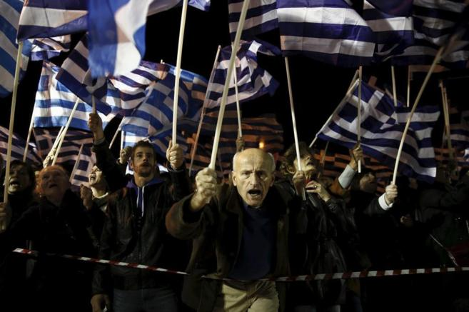 Seguidores del partido griego Amanecer Dorado, durante una...