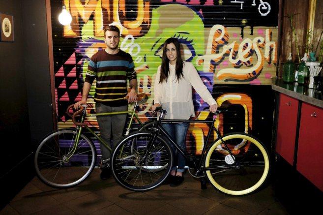 Guillem Carmona y Lara Turon de    Fixedlover.com, en el bar Olimpia,...