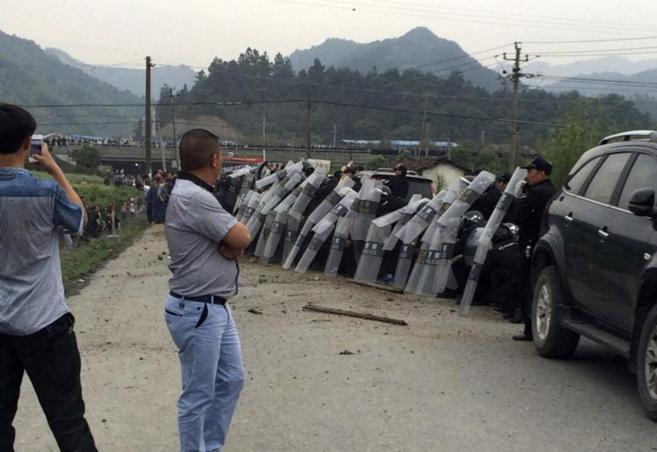 Las autoridades policiales se defienden de los ataques de los...