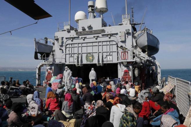 Decenas de inmigrantes rescatados cerca de las costas italianas en el...