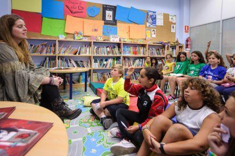 Rebecca Beltrán durante un encuentro con niños en Santa Eulalia.