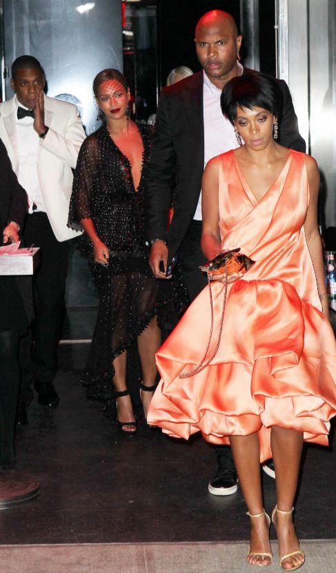 Solange (d), Beyoncé (c) y Jay Z (i), tras la pelea. Él se toca el...