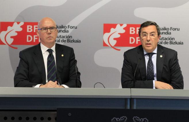 El diputado de Hacienda, Juan Maria Iruarrizaga, y José Luis Bilbao.