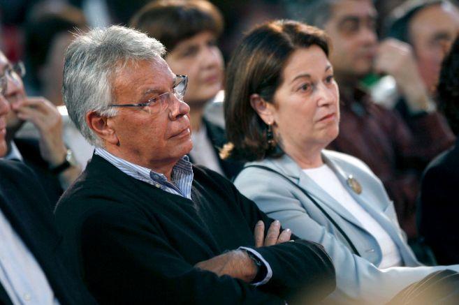 Felipe González, junto a su primera mujer, Carmen Romero, en una...