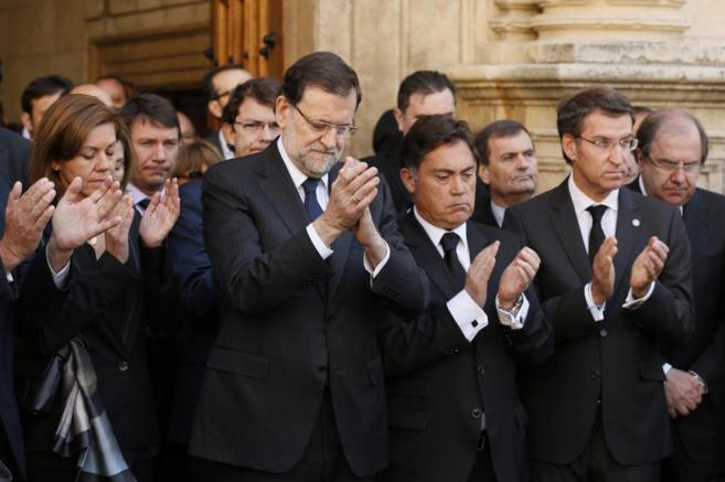 Rajoy, Cospedal y Feijóo aplauden tras el minuto de silencio guardado...