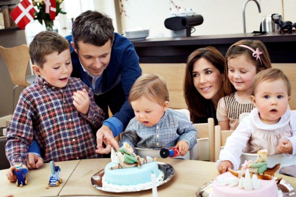Y un cumpleaños tras otro, los príncipes y sus hijos han posado para...
