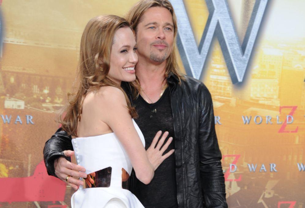 Pitt se mostró de lo más atento con su esposa durante su paso por...