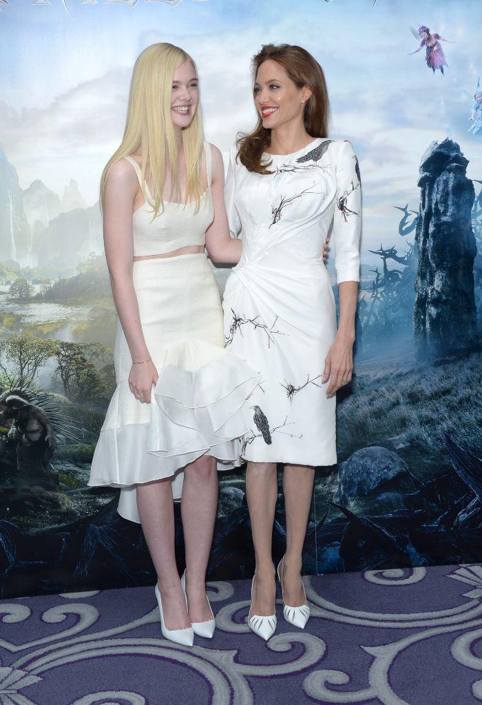 La actriz, luce conjuntada con su compañera  Elle Fanning, quien...