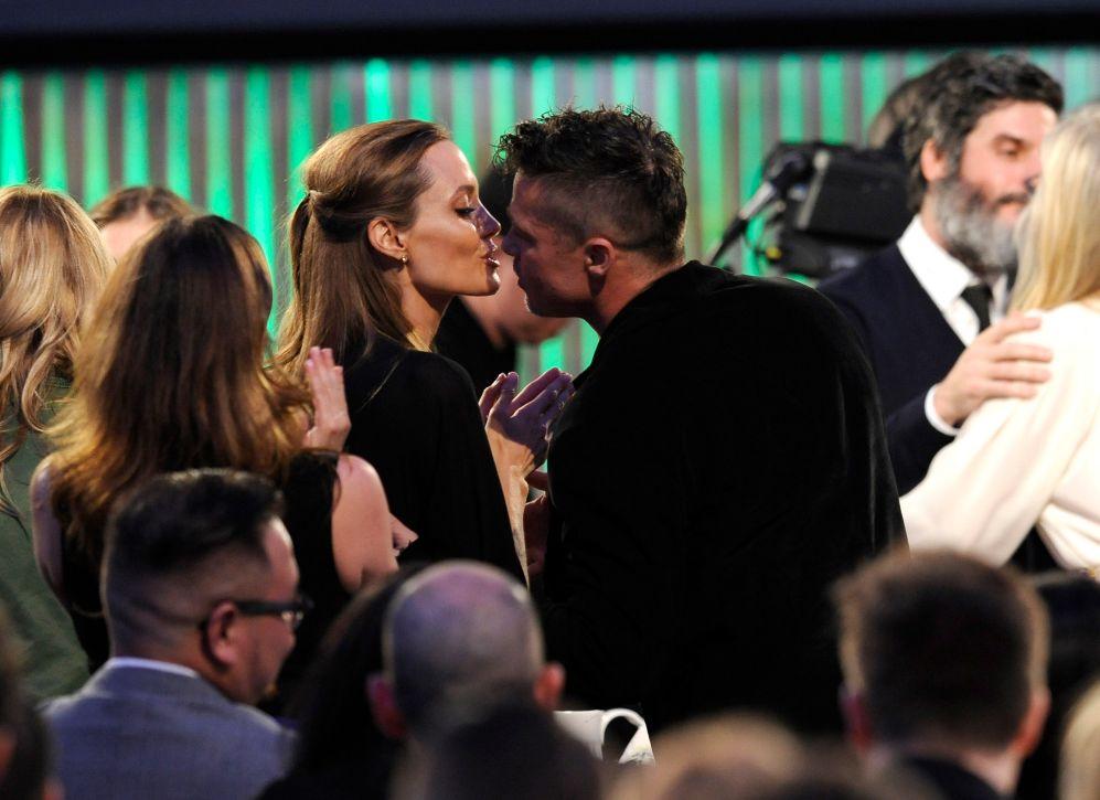 Brad Pitt, muy cariñoso, durante la entrega de los Film Independent...