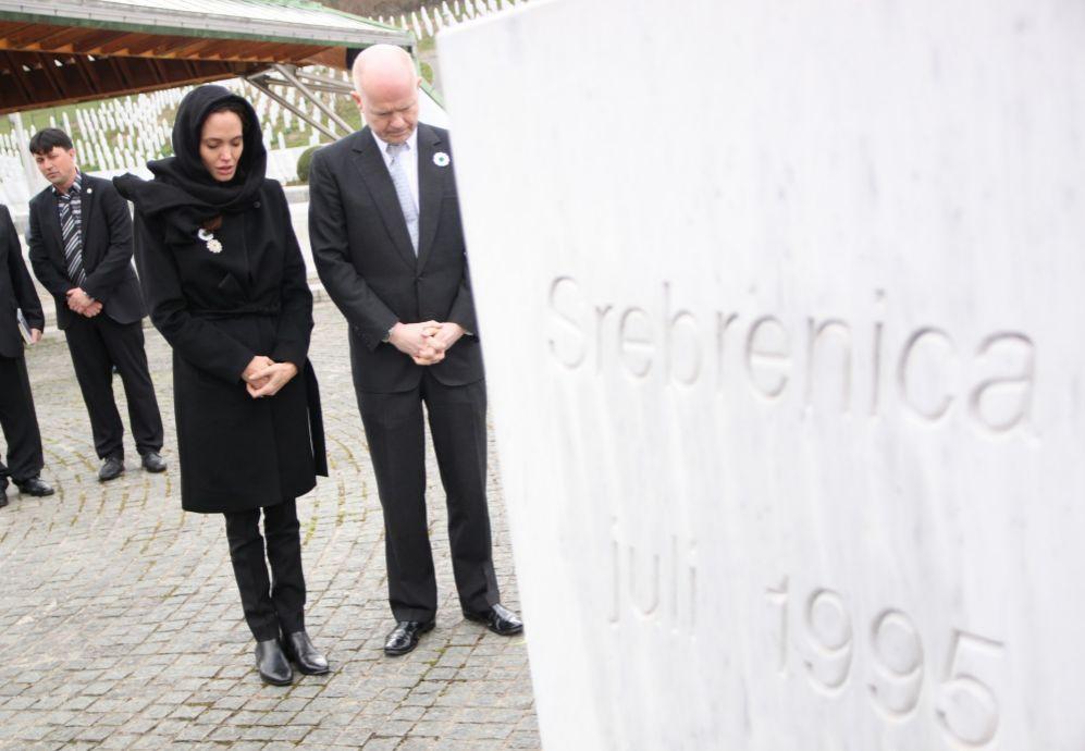 En marzo, Angelina también viajó acompañada del jefe de la...
