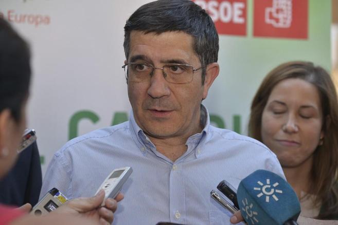 Patxi López atiende a los periodistas en Córdoba.