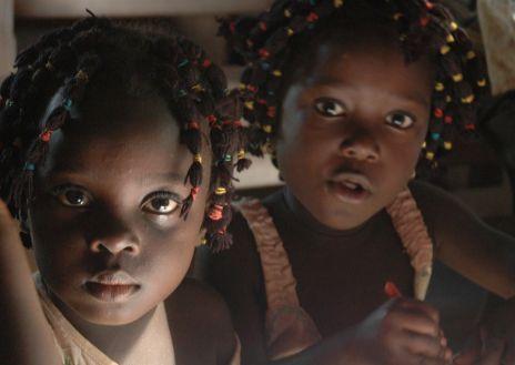 Dos mellizas en una escuela en Nigeria.