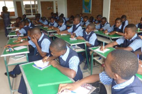 Varios niños en una escuela dirigida por los misioneros.