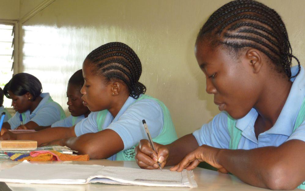 Algunas niñas estudian en una de las escuelas de los misioneros.