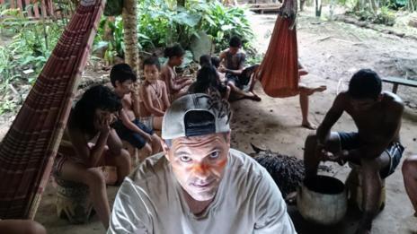 Frank posa con una de las tribus.