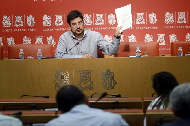 El diputado Ignacio Blanco muestra los documentos de un contrato...