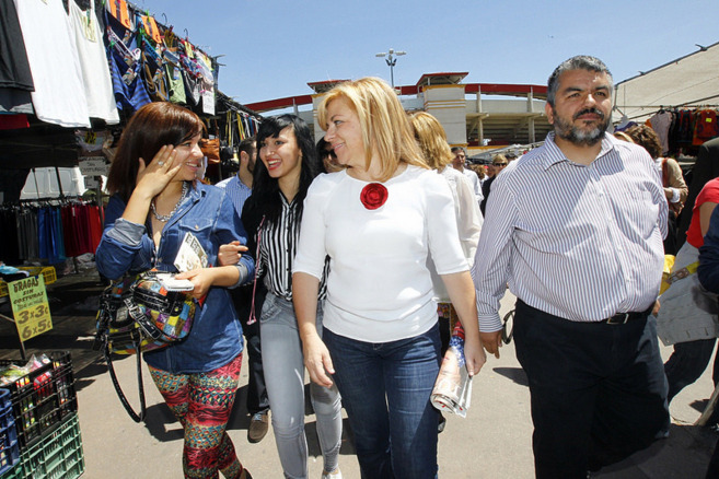 Elena Valenciano, durante su visita al mercadillo de Torrejón de...