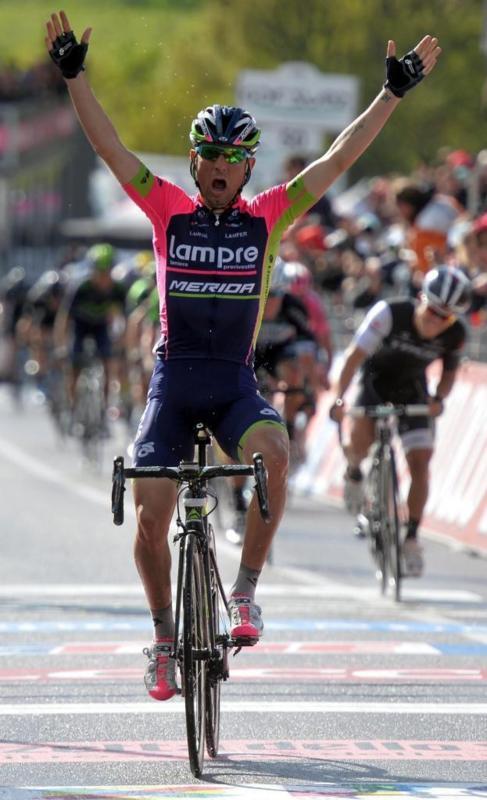 Ulissi levanta los brazos en la meta de Viggiano.