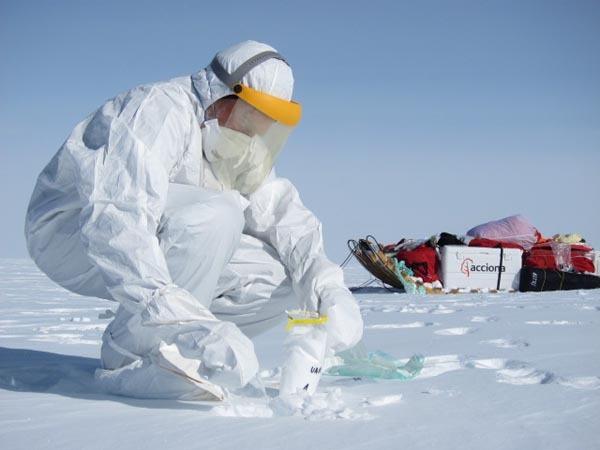 Recogida de muestras en la nieve antártica en 2011.