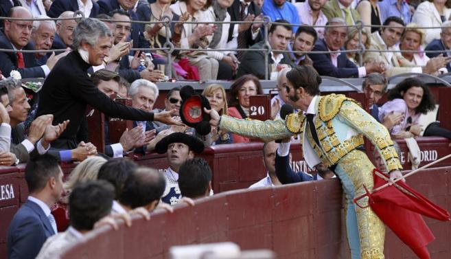Padilla brinda su primer toro a Suárez Illana.