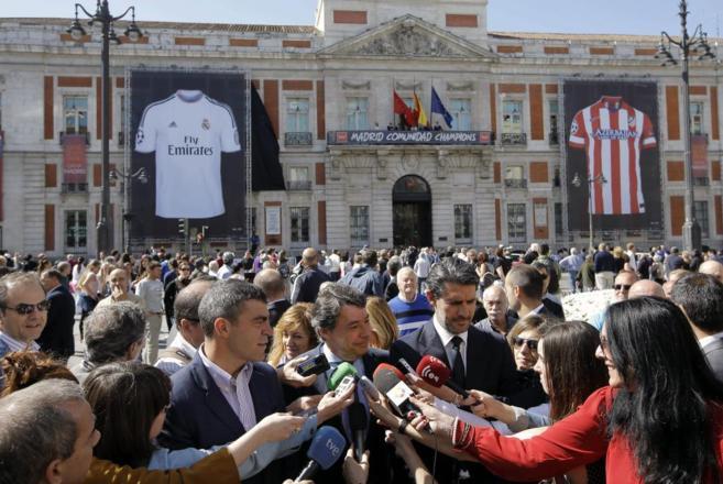 Ignacio González, junto a Sanchis y Caminero, ayer en la Puerta del...