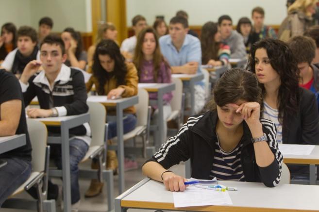 Jóvenes estudiantes vascos realizan las pruebas de selectividad.