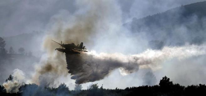 Un hidroavión trabaja en las labores de extinción del incendio de...