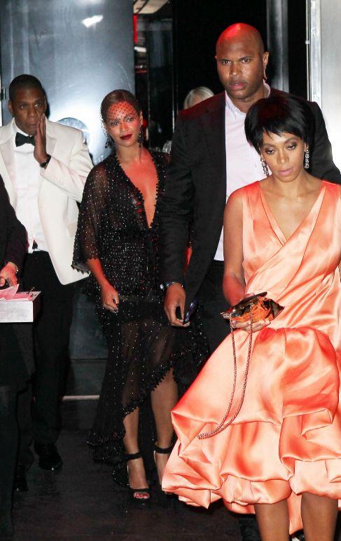 Jay Z (i), Beyoncé (c) y Solange (d), tras el altercado.