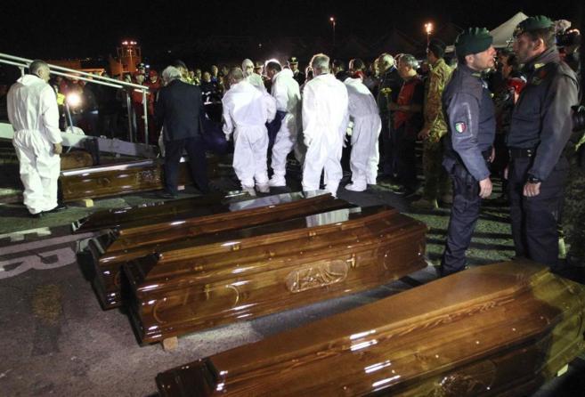 Ataúdes con los cadáveres de las víctimas del naufragio,...
